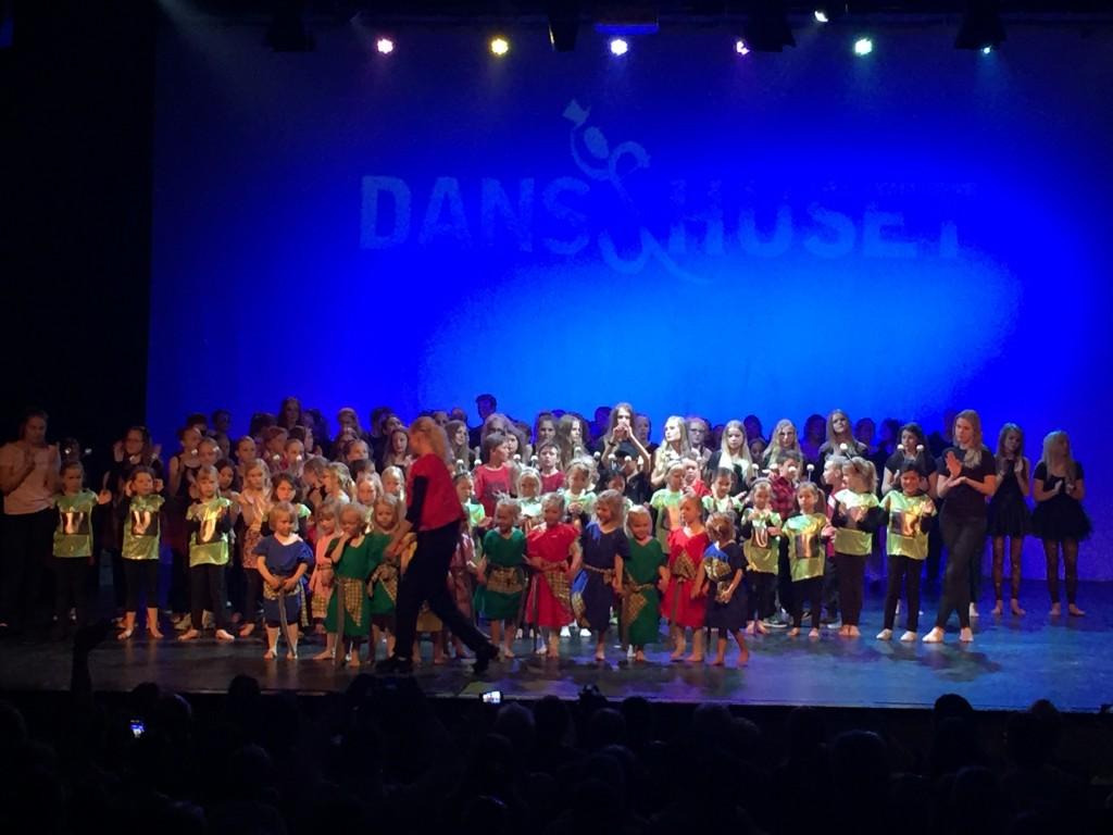 Danshusets dansshow -hela ensemblen tar emot applåder och hurrarop.